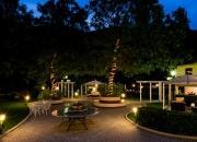 Il giardino dell'hotel di sera