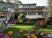 il giardino dell'hotel in fiore