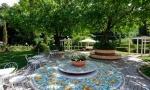 il tavolo in ceramica di deruta in giardino