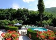 la piscina di fronte all'hotel