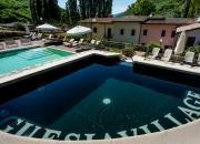 Angolo idromassaggio con cascata sopra alla piscina del Resort