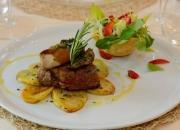 filetto di vitello con rousti di patate e funghi porcini con cestino di misticanza alle fragole