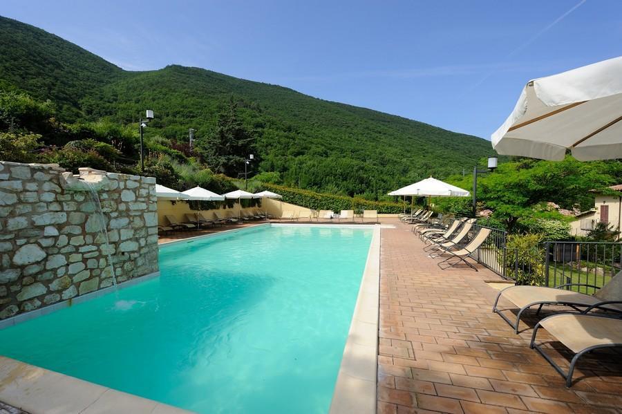 la-piscina-di-fronte-al-resort