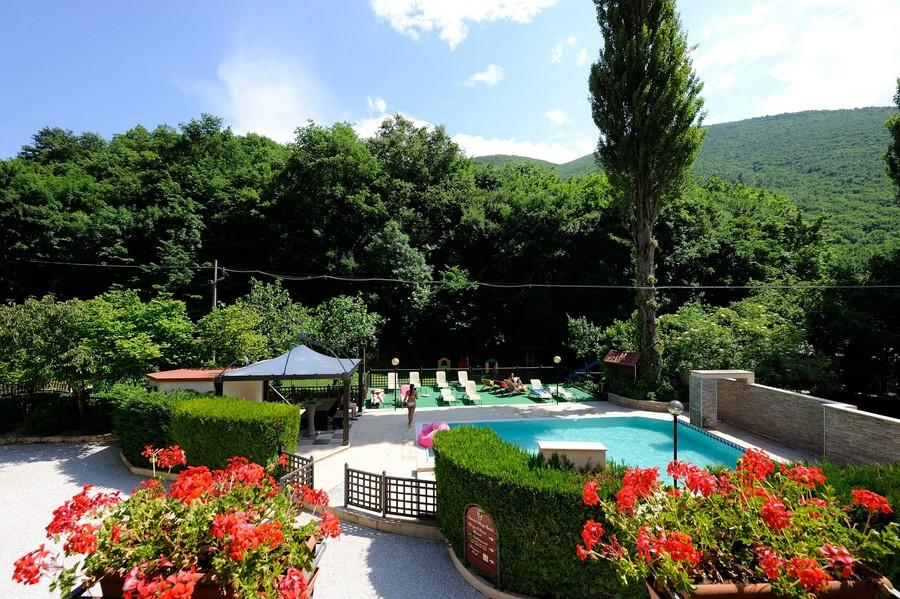 la-piscina-di-fronte-allhotel