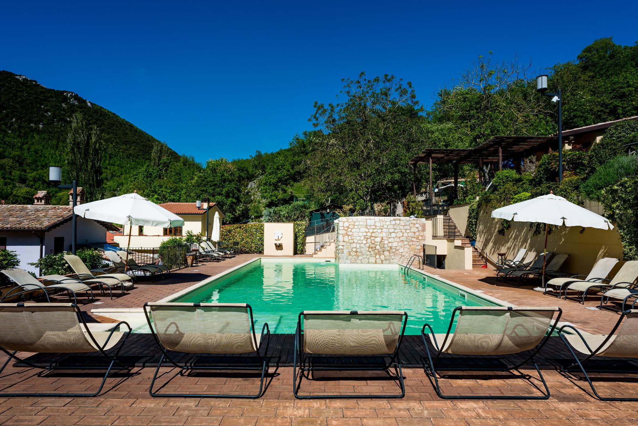 Guesia village hotel spa la piscina in acqua for Piscina santa lucia
